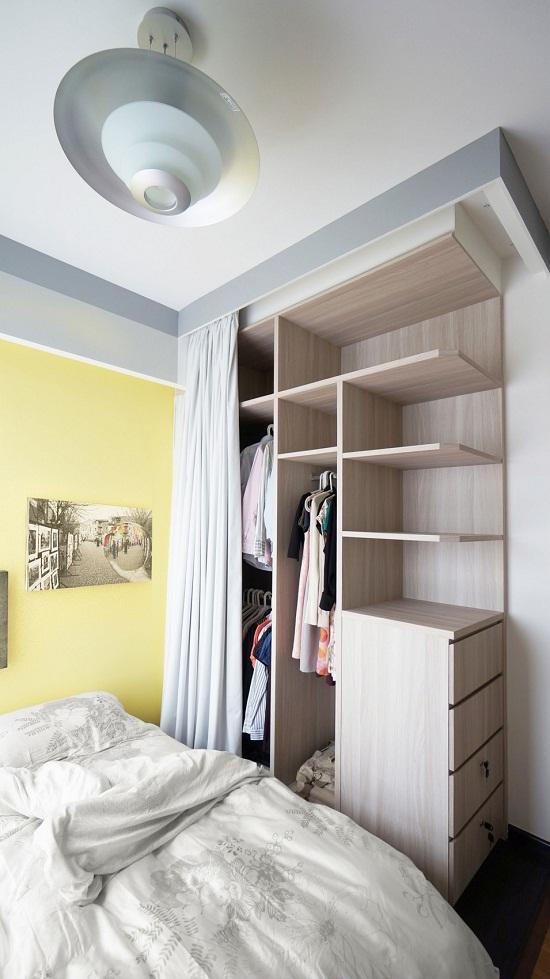 Những chiếc cửa gỗ muốn chiếm một phần diện tích khi sử dụng, giờ đây cũng được thay thế bằng rèm cửa ngăn cách với giường ngủ. Vậy là, mỗi sáng thức dậy, chỉ cần kéo tay một cái là bạn có thể lựa chọn bộ trang phục ngày hôm nay rồi.