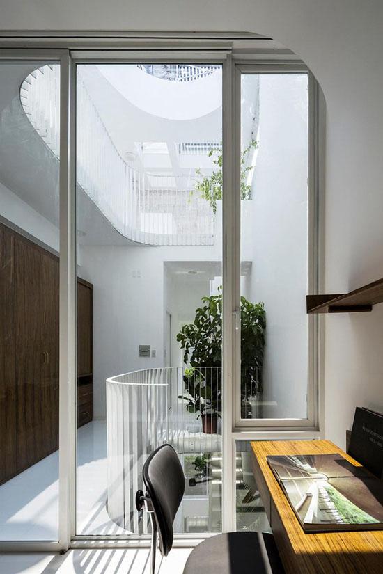 Phòng làm việc được đưa lên tầng trên cùng để phục vụ những lúc chủ nhân muốn có không gian riêng tư và tập trung tối đa.