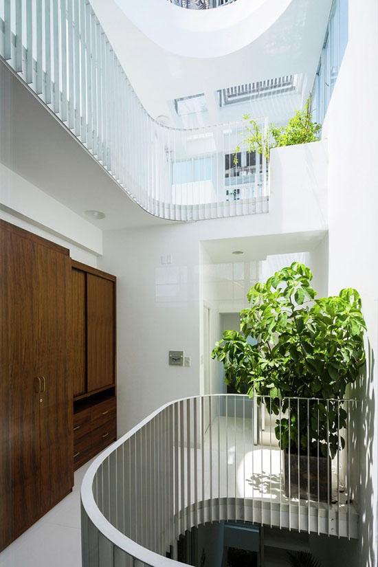Hành lang mỗi tầng đều được thiết kế một hệ tủ gỗ lớn để đáp ứng nhu cầu lưu trữ trong gia đình.