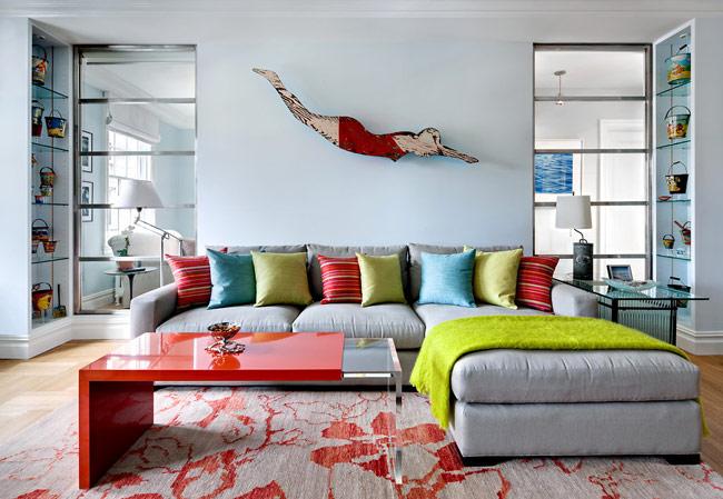 Cách đơn giản nhất để bạn có thể ứng dụng nghệ thuật này vào trang trí nội thất chính là sử dụng những khung tranh xen kẽ giá sách và các món đồ phụ kiện trang trí.