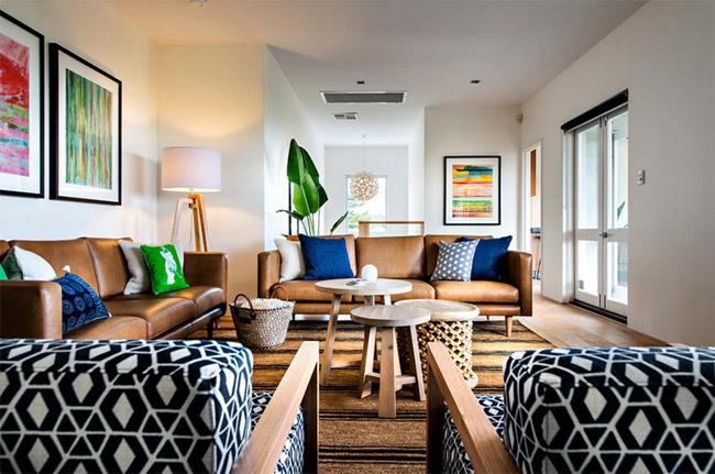 Bức tường màu trắng còn là một phông nền tuyệt vời để làm nổi bật vô số họa thiết và màu sắc từ các vật dụng nội thất trong ngôi nhà ở hình trên.