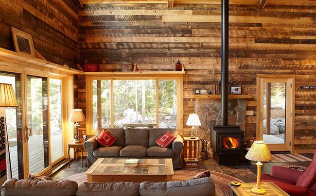"""Một căn phòng được bao phủ hoàn toàn bằng gỗ sẽ là lựa chọn tuyệt vời cho những người yêu thích vẻ đẹp """"Mộc"""" và chắc chắn những không gian như thế này sẽ tạo ấn tượng mạnh với bất kỳ vị khách nào."""