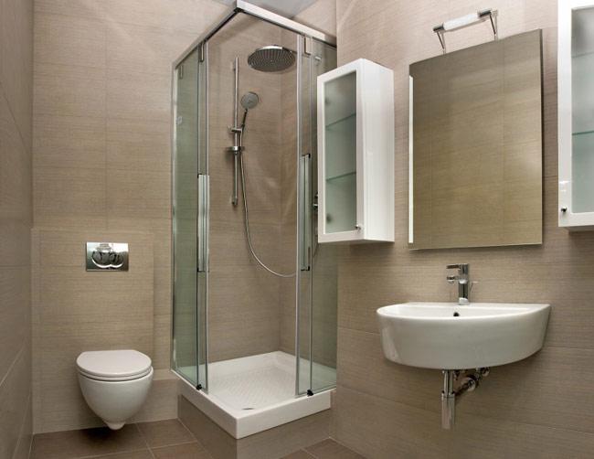 Bạn nên đặt buồng tắm vòi sen trong góc để có nhiều không gian hơn cho những đồ nội thất khác, thậm chí bạn còn có thể đặt một bồn tắm trong phòng tắm nhỏ, đặt tủ vào góc để cất trữ đồ đạc cần thiết, treo những chiếc gương lên hai bức tường bên cạnh, giúp tạo cảm giác như căn phòng rộng hơn thực tế.