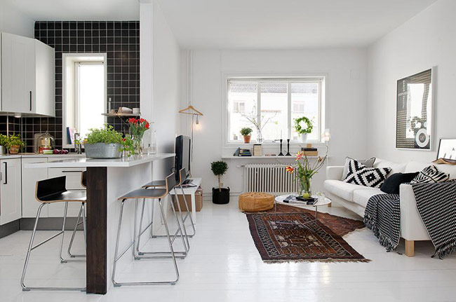 Kết nối và tạo sự liền lạc giữa không gian phòng khách và phòng bếp chính là chiếc bàn ăn khéo léo.