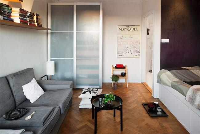 Trong căn hộ nhỏ như vậy, bạn chỉ cần kê một chiếc sofa kết hợp cùng một chiếc bàn nhỏ là đã có đủ chỗ để tiếp khách.
