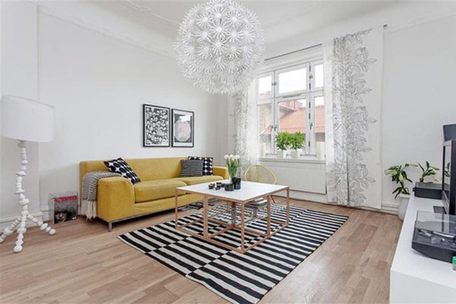 Sắc vàng trên bộ sofa và kẻ sọc dưới sàn nhà tạo sự kết hợp rất cá tính.