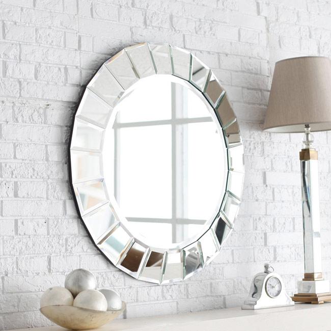 Những vị trí treo gương có thể là cạnh cửa sổ hay bức tường trống để đón thêm ánh sáng và thiên nhiên vào nhà