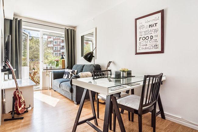 Các khu nhà bếp, bàn ăn và bàn tiếp khách được nối liền với nhau trong một không gian mở bên trong căn hộ.