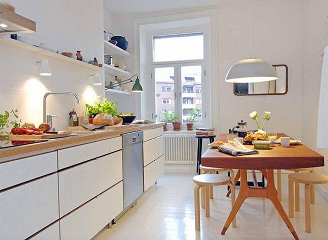 Tối ưu hóa không gian nhà bếp nhỏ bằng việc giấu đi những chiếc bên dưới bàn ăn mỗi khi không sử dụng. Đồng thời, bạn cũng cần lưu ý lựa chọn loại bàn có kết cấu đơn giản, cho phép giấu những chiếc ghế bên dưới
