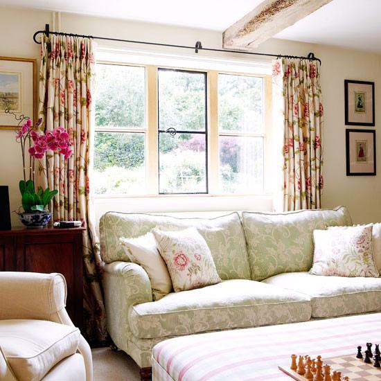 Hãy tận dụng những tia nắng mai dọi vào từ khung cửa sổ, căn phòng sẽ trở nên tươi mới hơn.