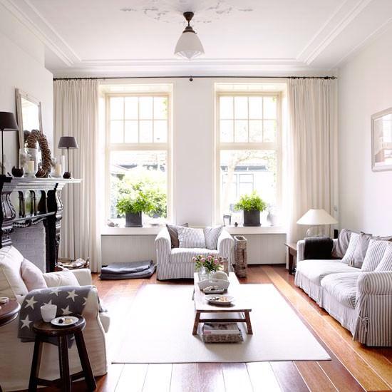 """Nồng và oi ả là 2 cảm giác rất """"khó ưa"""" mà mùa hè mang lại, để tránh được 2 cảm giác khó chịu này cho phòng khách thì bạn cần bố trí các vật dụng thật thoãng đãng, cách này đồng thời mang lại sự thoải mái khi sử dụng."""