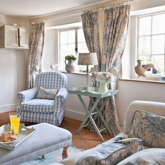 Sử dụng rèm treo có màu sắc nhẹ nhàng, thanh thoát với chất liệu mềm mại cũng là một cách để vừa tăng vẻ đẹp cho tổng thể thiết kế nội thất, vừa giúp cản và lọc bớt sức nóng của những tia nắng gắt vào giữa trưa.