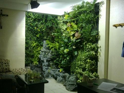Không chỉ sử dụng, bố trí những đồ nội thất phù hợp với không khí ngày hè, bạn có thể mang cả thiên nhiên vào phòng với những chậu cây xanh. Từ bậc cửa lối vào đến từng khung cửa sổ bạn có thể trang trí cây hoa phù hợp với từng không gian. Không cần quá tốn kém cầu kỳ bạn sẽ có được không gian sống tuyệt vời và thư thái cho những ngày hè rực rỡ.