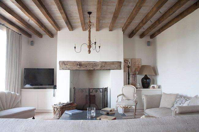 những món đồ nội thất gỗ trong phòng khách, người ta sử dụng chúng với gam màu tươi sáng, khéo léo kết hợp với những màu sơn nhẹ dịu.