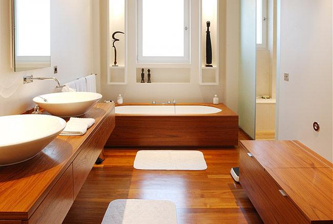 Phòng tắm là khu vực thường xuyên bị ẩm ướt, vì vậy bạn nên chọn loại có khả năng chịu được ẩm ướt tốt như: sàn gỗ Ronia hoặc sàn gỗ nhựa