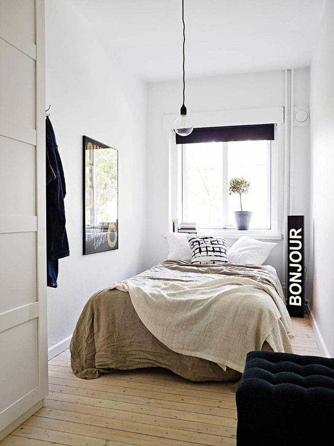 Trong phòng ngủ nhỏ hẹp, tối giản mọi thứ là nguyên tắc cần ghi nhớ. Chỉ giữ những đồ nội thất cực kỳ cần thiết và những phụ kiện đáng giá, thực sự phong cách.