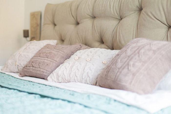 Phòng ngủ cũng được chọn lựa những gam màu trung tính dịu dàng