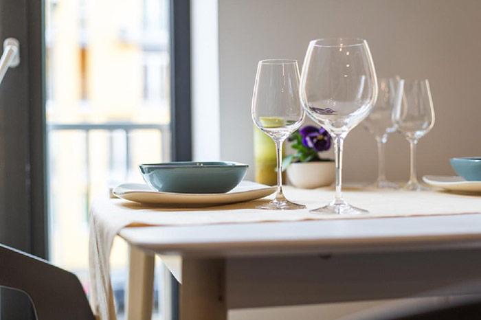 Để tăng thêm vẻ đẹp bắt mắt cho bức tường cạnh bàn ăn, gia chủ cũng không quên thiết kế hệ thống tường xanh với những loài hoa rực rỡ, là cách để mang thật gần không khí trong lành đến cho mọi người.
