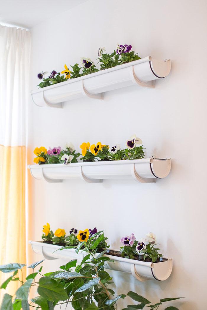 Cây hoa trên tường được thiết kế đơn giản tạo điểm nhấn xanh mát cho góc nhỏ thêm xinh