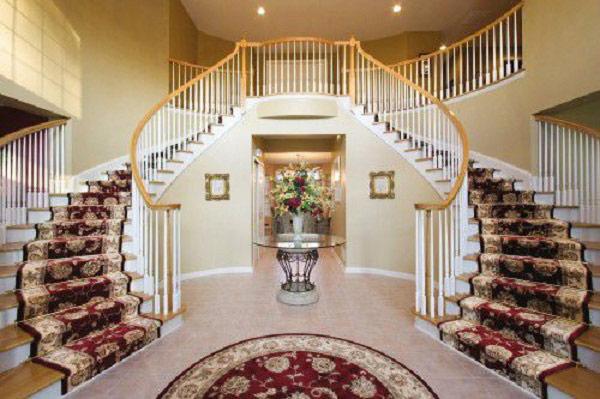 Bên cạnh, những chất liệu làm cầu thang cho phong cách sang trọng trên thì cầu thang gỗ cũng là lựa chọn hàng đầu để thiết kế cho những không gian biệt thự, resort với nhiều mẫu mã đẹp mắt, độc đáo và không kém phần sang trọng, chắc chắn sẽ đáp ứng được tiêu chí sang trọng cho từng không gian.