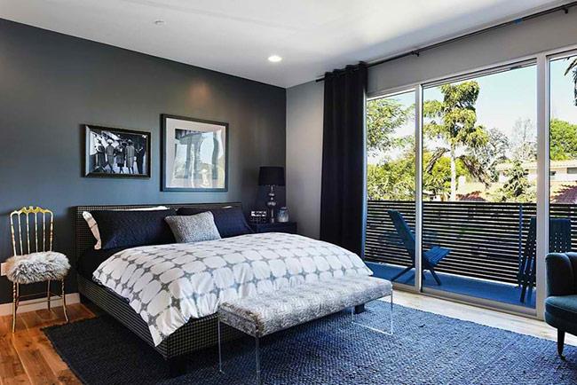 Một phòng ngủ được thiết kế đến mức đơn giản hết sức có thể, bởi giản KTS đã nhìn ra vẻ đẹp của thiên nhiên và để nó tự tô điểm thêm màu sắc cho phòng ngủ. Việc của KTS chỉ là thiết kế sao cho căn phòng được hòa hợp với thiên nhiên nhất có thể bằng hệ cửa kính trong suốt.