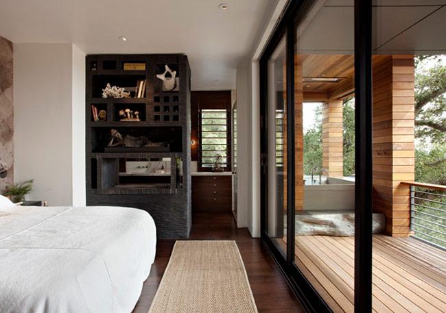 Một phòng ngủ không quá cầu kỳ về thiết kế, chỉ đặc biệt ở phần phân chia không gian và cách sử dụng kính cường lực để làm tăng hiệu quả thâm mỹ. Bạn có thích sở hữu một phòng ngủ như thế này?