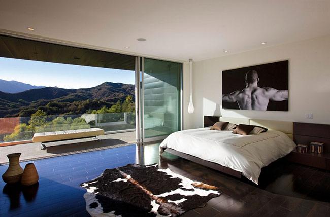 Phòng ngủ với ban công có view nhìn ra một dãy núi quả là mơ ước của không ít người. Phòng ngủ đầy nam tính với gam màu trầm này của một chàng trai yêu thích thể thao. Ban công đẹp, thoáng rộng là nơi chủ nhà có thể tập thể dục mỗi ngày.