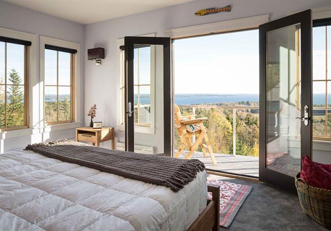 Phòng ngủ tuyệt đẹp này là của một căn hộ nằm trên núi, có view nhìn ra biển. Đây quả là một sự lựa chọn tuyệt vời nếu gia đình bạn chọn sống xa thành phố xô bồ bụi bặm.