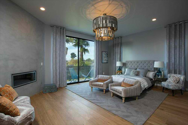 Phòng ngủ sang trọng với ban công rộng rãi ở Las Vegas có lẽ là mơ ước của không ít người. Nếu sở hữu một phòng ngủ tuyệt vời như thế này, bạn có muốn thêm chút màu xanh của cây lá?