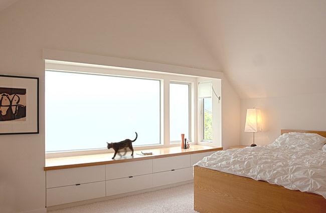Khi thiết kế cửa sổ, dù là mẫu cửa gỗ hay bất kỳ chất liệu nào thì bạn cũng nên chọn loại có khung với kiểu dáng đơn giản, dễ nhìn