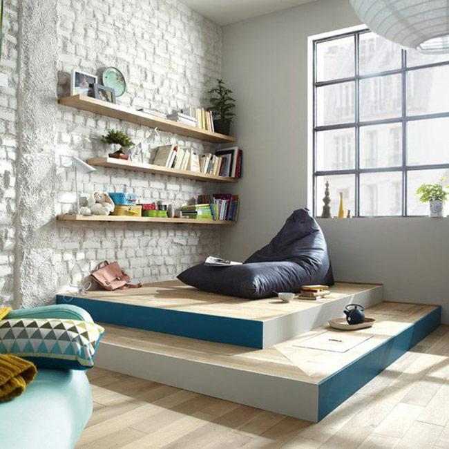 Việc đặt một chiếc tủ 'đồ sộ' sẽ khiến đồ đạc gọn gàng nhưng diện tích sử dụng lại chật chội hơn. Vì vậy, để không gian nhỏ trở nên tinh tế, thanh thoát, bạn nên chọn phương án gắn thêm kệ trên tường