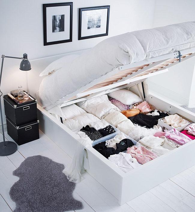 Khoảng không gian dưới gầm giường luôn là nơi tuyệt vời giúp bạn cất trữ vô vàn những đồ dùng, vật dụng ít sử dụng đến như quần áo khác mùa, chăn màn, phụ kiện