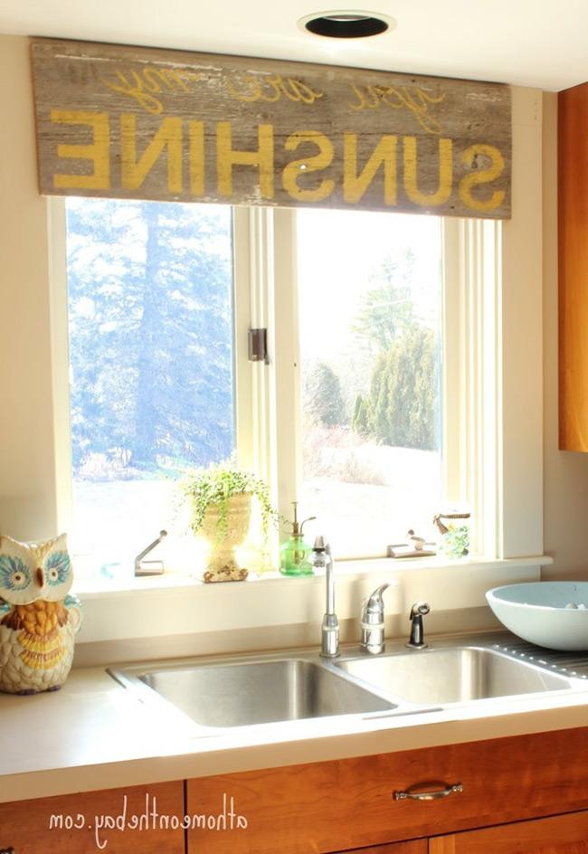 Rèm kiểu mảnh gỗ tránh bám bẩn sẽ phù hợp với những căn bếp có thiết đơn giản, thoáng rộng.