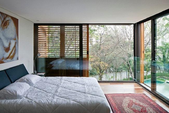 Thay vì những thiết kế truyền thống như tường gạch, bê tông thì giờ đây thiết kế tường kính theo kiểu cửa sổ trần thế này ngày càng được ưa thích.