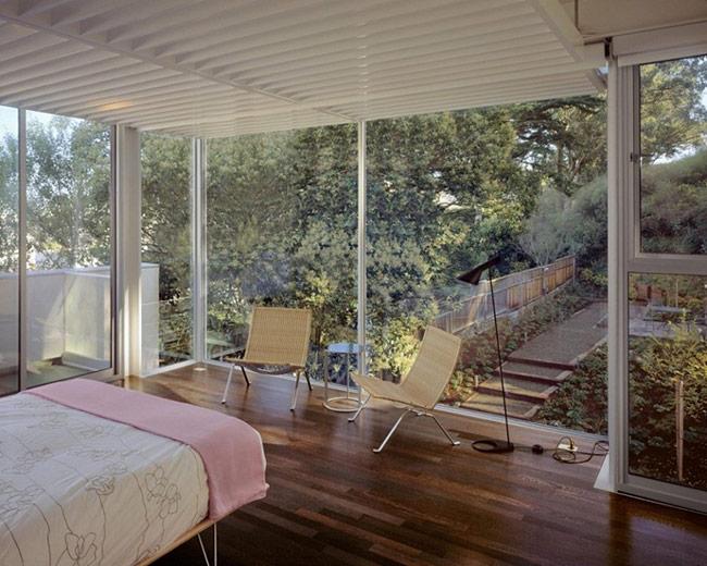Những bức tường kính cũng tạo cảm giác cho căn phòng trở nên rộng rãi hơn nhiều kích thước thực sự của nó.