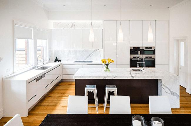 Có một chút nghệ thuật trong thiết kế của phòng bếp này và điểm nhấn của nó nằm ở sự tương phản giữa gam màu sáng của sàn gỗ và gam màu tối của thân đảo bếp.
