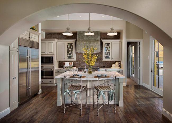 Nếu bạn đang tìm kiếm một lựa chọn sàn gỗ có kết cấu rõ ràng hơn và sang trọng hơn, thì có thể tham khảo sàn gỗ cho phòng bếp này. Sàn gỗ đã sử dụng các chi tiết được lấy cảm hứng từ phong cách rustic và không làm hỏng sự sang trọng của căn bếp.