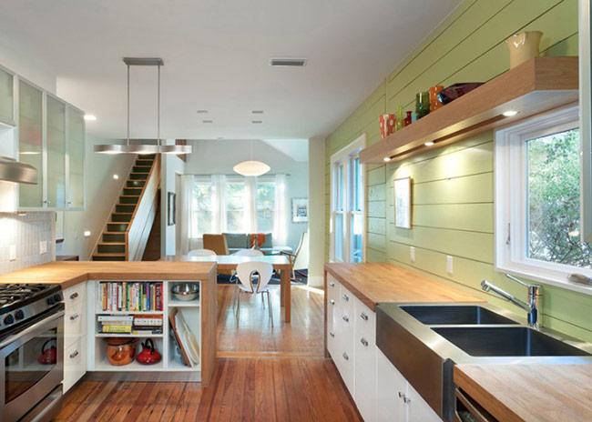 Phòng bếp phong cách gia đình ấm cúng và phong cách với sàn gỗ công nghiệp kết hợp một cvachs giản dị nhưng vẫn rất thời trang.