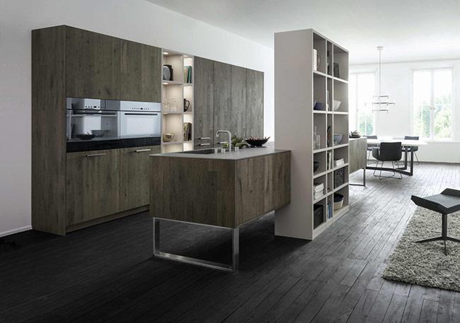 Sàn gỗ màu xám và tối này giúp nổi bật và nhấn mạnh vào không gian bếp hiện đại đậm chất rustic này. Kết hợp thêm với những tủ gỗ nội thất giữ nguyên màu xám gỗ càng làm tăng thêm vẻ đẹp cho phòng bếp này.