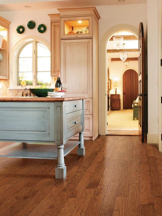 Sàn gỗ với màu nâu vàng dạng trầm này, kết hợp thêm họa tiết tạo nên nét hoài cổ mà nhẹ nhàng cho phòng bếp.