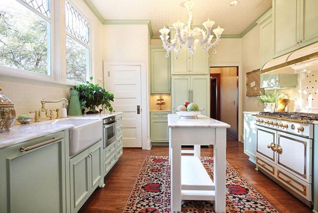 Thậm chí kể cả trong phòng bếp mang phong cách biển của bạn, sàn gỗ công nghiệp vẫn có thể tạo một nền tảng tuyệt vời.