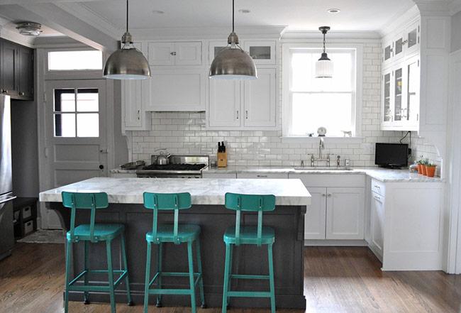 Những không gian mang phong cách công nghiệp cũng có thể sử dụng loại sàn gỗ này. Sàn gỗ công nghiệp pha lẫn màu xám sẽ giúp tạo chiều sâu cho bếp và phù hợp hơn với phong cách này.