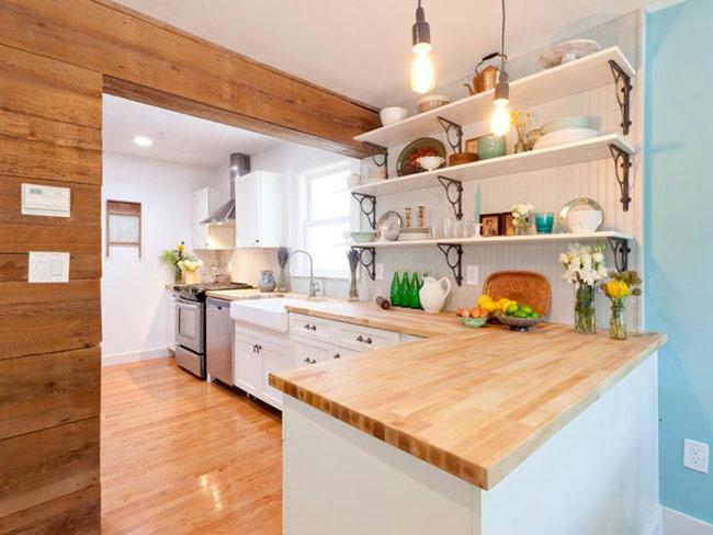 Những phòng bếp mang phong cách chiết trung cần sự chú ý vào các chi tiết. Và sàn gỗ của phòng bếp này thực sự rất ăn khớp với màu của đảo bếp và tủ bếp.