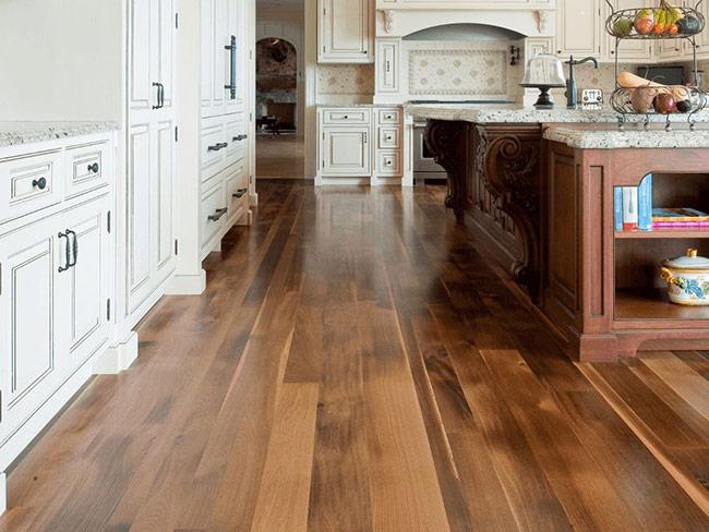 Độ đậm nhạt của gỗ được làm rất tinh tế khiến khó ai có thể nhận ra đây là sàn gỗ công nghiệp.