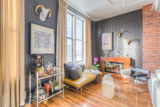 Tường kim loại là một sự lựa chọn mới mẻ và phá cách cho tường phòng khách
