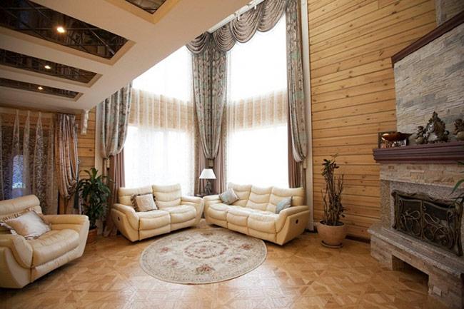 Tường gỗ tạo cảm giác ấm cúng, tự nhiên và gần gũi cho phòng khách. Tuy nhiên, tường gỗ không bền bỉ, dễ bị co ngót hay mất màu theo thời gian, do đó, có thể kết hợp với các loại sơn dầu để gia tăng tuổi thọ cho tường gỗ.