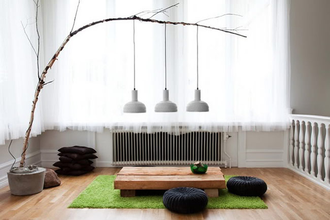 Chủ nhà sáng tạo biến cành cây khô thành nơi treo đèn.