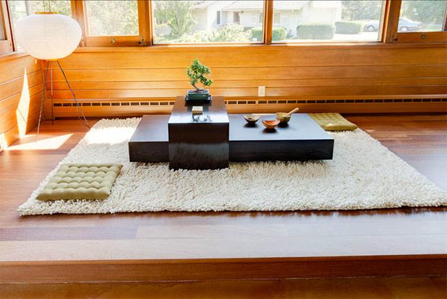 Nếu không muốn đầu tư nhiều tiền, bạn chỉ cần mua một chiếc bàn, thảm và vài ba chiếc đệm ngồi.