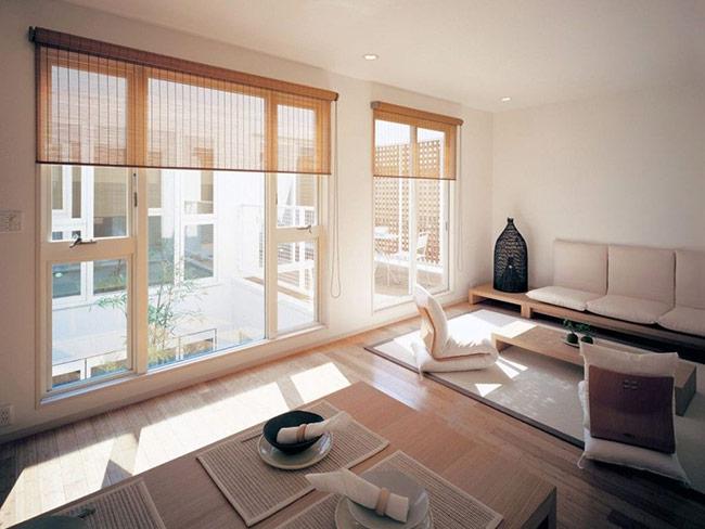 Với các nhà chật, trần không cao, kiểu bàn ghế thấp giúp không gian được thoáng đãng hơn.