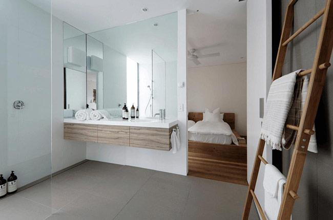 Tùy theo phong cách và không gian của bạn, mà bạn có thể thử thêm khung quanh chiếc gương để trông nó tinh tế hơn